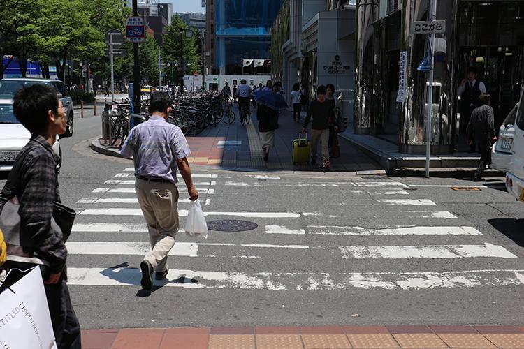 す横断歩道を直進します。