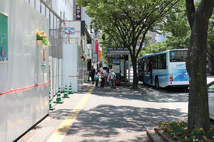 バス停の方向に直進します。