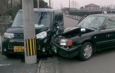 交通事故の場合は保険が使えます